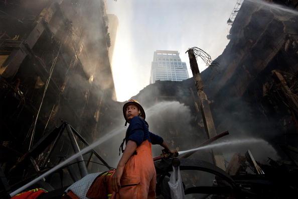 «Красные рубашки» сжигали автомобильные покрышки, дым застилал столицу Таиланда. Фото: Getty Images/Stringer