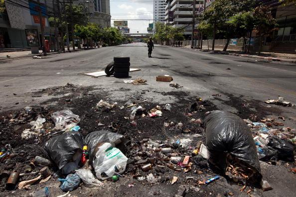 «Красные рубашки» оккупировались в лагере в богатом квартале Бангкока, после того, как их заставили покинуть этот лагерь, остались кучи мусора и разгромленные дома, копоть и дым. Фото: Paula Bronstein/Getty Images