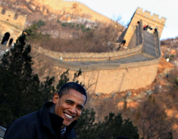 Президент Барак Обама у Великой китайской стены 18 ноября 2009 г. во время его визита в Китай, где обсуждались вопросы экономики, торговли и изменения климата.  Фото:  Feng LI/Getty Images