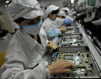 Китайские рабочие собирают электронные компоненты на заводе тайваньского технологического гиганта Foxcon в Шэнчжэне, в южной провинции Гуанчжоу, 26 мая. Фото с сайта theepochtimes.com