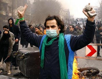 Бросая вызов тирании: сторонник иранской опозиции во время столкновений со спецслужбами в Тегеране, 27 декабря 2009 года. Фото: Amir Sadeghi/AFP/Getty Images