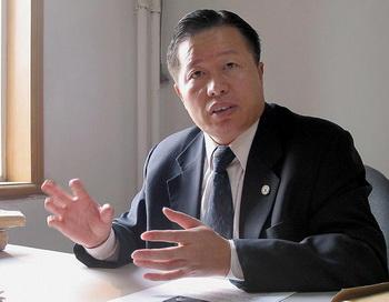 Гао Чжишен, которого называют совестью Китая,  во время интервью в своем офисе в Пекине  2 ноября 2005 г. Гао был несколько раз арестован и подвергнут жестоким пыткам, в частности, за его выступления против преследования Фалуньгун. Он был похищен в последний раз  4 февраля 2009 года, его местонахождение неизвестно до сих пор. Фото: Verna Yu/AFP/Getty Images