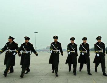 Китайская полиция патрулирует площадь Тяньаньмэнь в Пекине 11 марта. Фото: Frederic J. BROWN/AFP/Getty Images