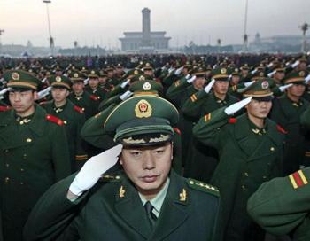 Вооруженная народная полиция, ответственная за безопасность площади Тяньаньмэнь и Запретного города собрана для церемонии 23 ноября 2009 на площади Тяньаньмэнь в Пекине. Фото: STR/AFP/Getty Images