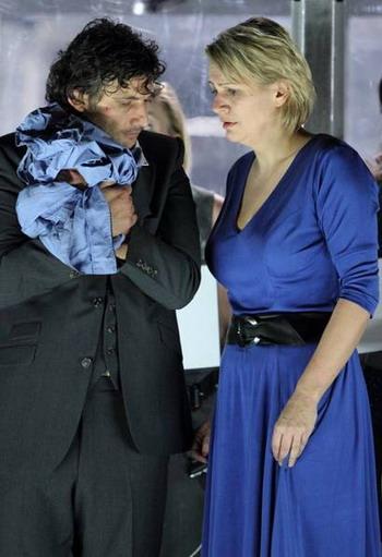 Смена гардероба после драмы: три минуты назад  Йонас Кауфманн был одет в голубую пижаму, которую он все еще держит в руке, а  Анне Кампе пришлось раздеться до трусиков и бюстгальтера,   «Фиделио»  Каликсто Биейто,  Баварский государственный оперный театр в Мюнхене.  Фото с сайта epochtimes.de