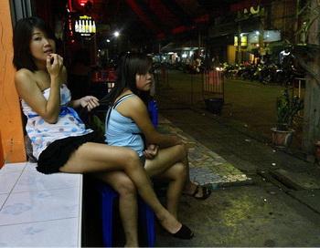 Тайские проститутки в ожидании клиентов у дверей бара в Сунгай Колок в южной таиландской провинции Наратхиват. Фото: Madaree TOHLALA/AFP/Getty Images