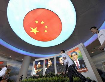 Подростки проходят мимо портретов китайских лидеров на выставке в Пекине 22 сентября 2009 года. Фото: LIU JIN/AFP/Getty Images