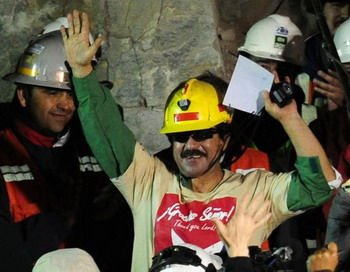 СПАСЕННЫЕ: чилийский шахтер Хуан Ильяньес после выхода из капсулы Fenix на поверхность, 13 октября 2010 года. Фото: Мартин Бернетти/AFP/Getty Images