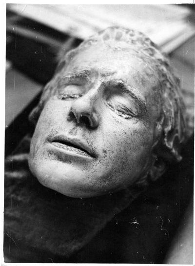 Посмертные маски Сергея Есенина. Фото с сайта esenin.ru