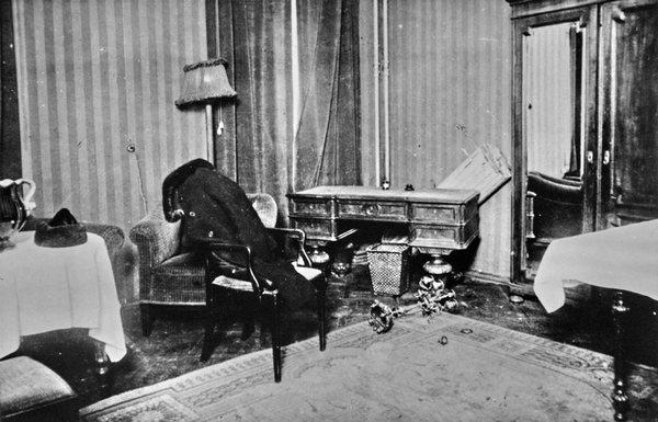 Комната, в которой был обнаружен мертвым Сергей Есенин. Это фото было растиражировано в газетах. Фото с сайта esenin.ru