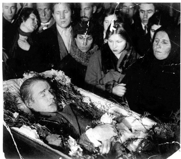 Сергей Есенин в гробу. Фото с сайта esenin.ru