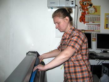На плоттере работает Татьяна Ганеева. Фото: Татьяна Петрова/Великая Эпоха (The Epoch Times)