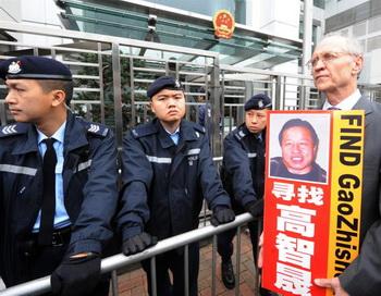 Адвокат Джон Кланси (справа), член группы правозащитников, выступающих за освобождение пекинского адвоката-правозащитника Гао Чжишена, во время пикета в Гонконге 4 февраля 2010 г. Гао был похищен из своего дома 4 февраля 2009 и его местонахождение до сих пор неизвестно. Фото: Mike Clarke/AFP/Getty Images