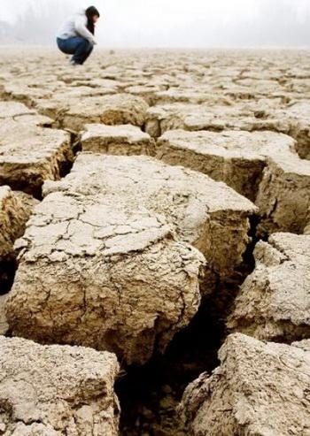 Высохшее озеро Силю в западных окрестностях Чженчжоу, 3 февраля 2009 г. Фото: Великая Эпоха/The Epoch Times