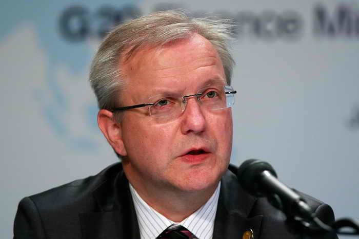 Комиссар ЕС по финансовым вопросам Олли Рен говорит о смене стратегии: на передний план выходит рост экономики. Фото: Chung Sung-Jun/Getty Images