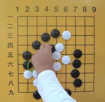 Го - самая древняя настольная игра в мире, которой уже 4000 лет. Она происходит из Китая, где известна как Вэйци. (Maya Mizrahi/The Epoch Times)