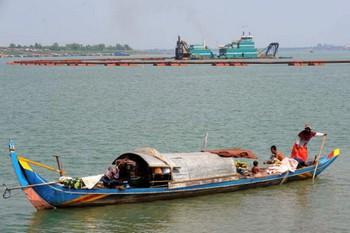 Для 60 миллионов человек, жителей этого региона, особенно важным является наличие рыбы в реке, так как рыба - основной источник белка в питании местных жителей. Камбоджийская женщина на лодке ловит рыбу в реке Меконг в Пномпене. Фото: Тан Sothy Chhin /AFP /Getty Image