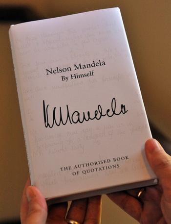 Книга цитат Нельсона Манделы представлена в Йоханнесбурге 28 марта, во время подготовки к Международному дню Нельсона Манделы. Фото: ALEXANDER JOE/AFP/Getty Images