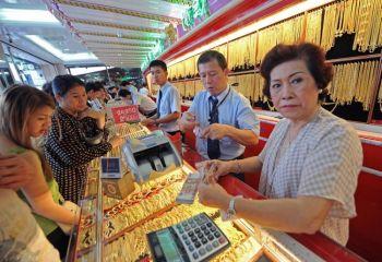 Фото: Тайцы в очереди за золотом в ювелирном магазине в Бангкоке 9 августа 2011 года. Цена золота 8 августа подскочила выше 1700 долларов за унцию. Фото: Pornchai Kittiwongsakul/AFP/Getty Images