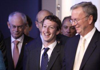 ПУБЛИЧНОЕ ПРЕДЛОЖЕНИЕ: (слева направо) Херман Ван Ромпей, президент Европейского союза, Марк Цукерберг, основатель Facebook Inc. и Эрик Шмидт, председатель компании Google Inc., прибыли на Интернет сессию саммита G8 26 мая в Довиле, Франция. Facebook имеет более 500 миллионов онлайн пользователей,  и, согласно сообщению на сайте Digital Buzz Blog, каждый 13-й человек в мире пользуется Facebook (Chris Ratcliffe - Pool/Getty Images)