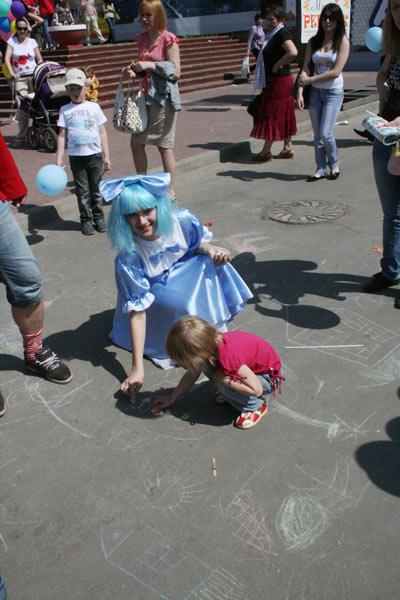 Рисую на асфальте с Мальвиной. Фото  предоставлено  пресс-центром Нижегородской ярмарки