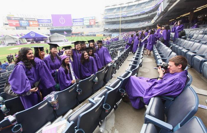 Выпускники Нью-Йоркского университета фотографируются во время церемонии вручения дипломов 16 мая 2012 г. Во время церемонии член верховного суда США Соня Сотомайор выступила перед аудиторией свыше 27 000 человек. Фото: Mario Tama/Getty Images