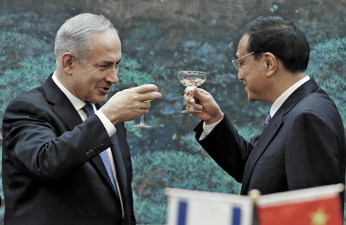 Премьер-министр Израиля и министр иностранных дел Китая. Фото: Getty Images/AFP