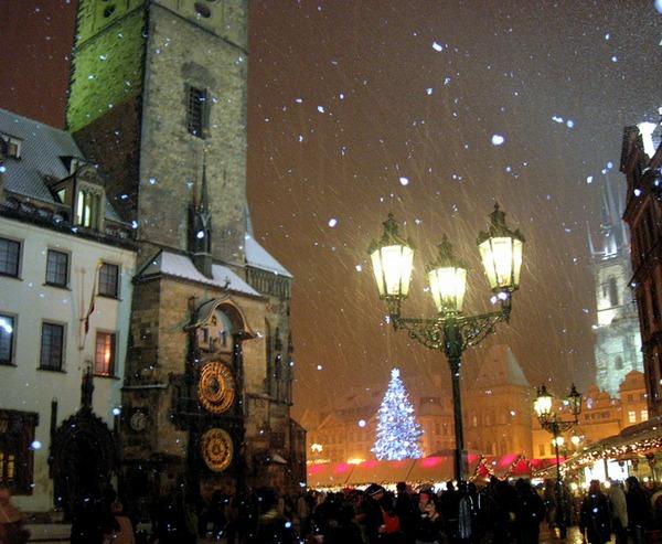 Новый год и Рождество в Чехии. Староместская ратуша и куранты. Фото: Алла ЛАВРИНЕНКО/ Великая Эпоха (The Epoch Times)