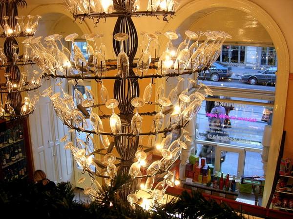 Новый год и Рождество в Чехии. Оригинальная люстра создает настроение в уютном кафе. Фото: Алла ЛАВРИНЕНКО/ Великая Эпоха (The Epoch Times)