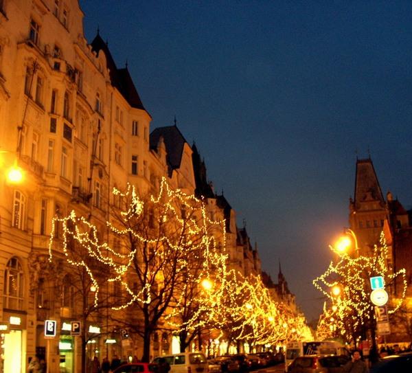 Новый год и Рождество в Чехии. Гирлянды на улицах Праги. Фото: Алла ЛАВРИНЕНКО/ Великая Эпоха (The Epoch Times)