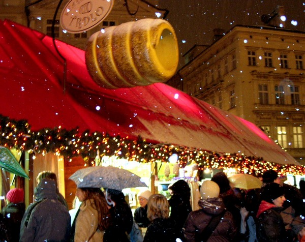 Новый год и Рождество в Чехии. Свежеиспеченная булочка-спираль «трдло» притягательна.Фото: Алла ЛАВРИНЕНКО/ Великая Эпоха (The Epoch Times)