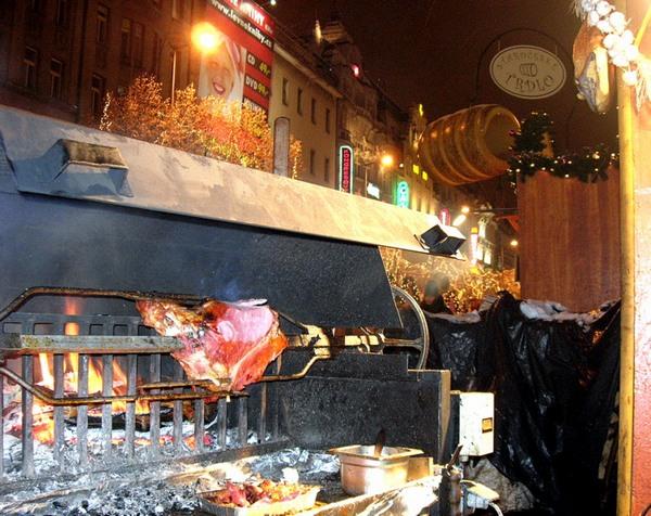Новый год и Рождество в Чехии. Вертел на Вацлавской площади. Фото: Алла ЛАВРИНЕНКО/ Великая Эпоха (The Epoch Times)