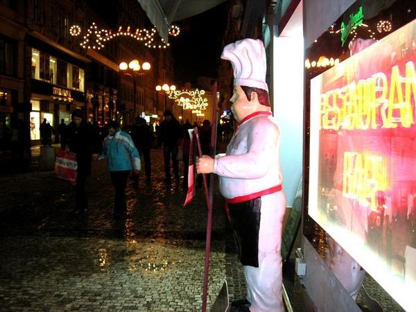 Новый год и Рождество в Чехии. Нас приглашают в кафе – меню в руках поваренка. Фото: Алла ЛАВРИНЕНКО/ Великая Эпоха (The Epoch Times)