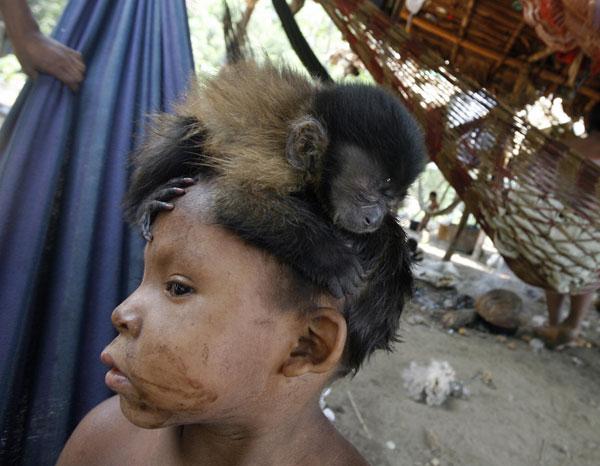 Мальчик с обезьянкой на голове. Представители этнической группы Nukak-Maku  в Колумбии. Фото: Rodrigo ARANGUA/ AFP/Getty