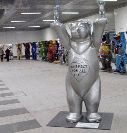 """Выставка в Берлине художников стран-участниц ООН. «Уважение ко всему живому» - выражает большое признание проекта """"Moon Bear Rescue"""" который занимается спасением медведей. Фотo: Jason Wang/The Epoch Times"""