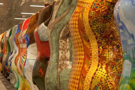 Выставка в Берлине художников стран-участниц ООН.Забавно смотрится множество расписанных спин.  Фотo: Jason Wang/The Epoch Times