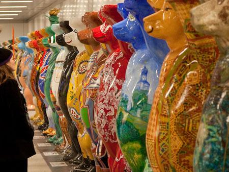 Выставка в Берлине художников стран-участниц ООН.Дружная семейка.  Фотo: Jason Wang/The Epoch Times
