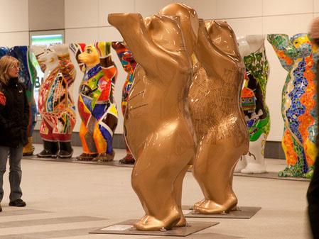 Выставка в Берлине художников стран-участниц ООН.Танцующие медведи.  Фотo: Jason Wang/The Epoch Times