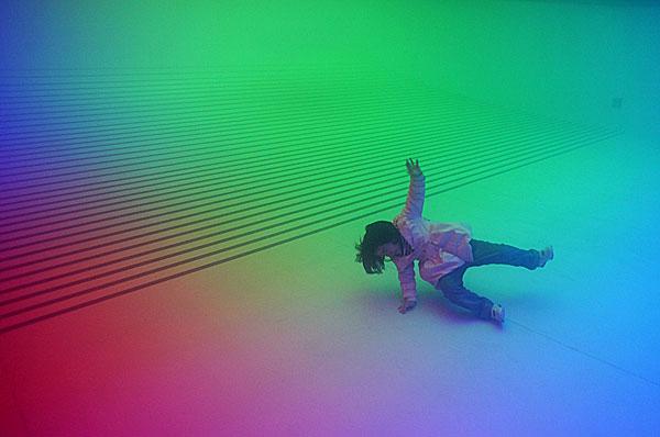 Девочка падает на влажном от пара полу. Фото: Feng Li/Getty