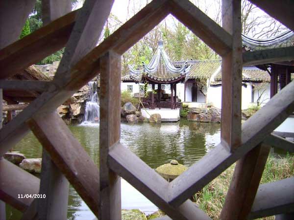 Затейливая решетка. Китайский сад. Ботанический сад Рурского университета Бохум. Фото: Сергей Ярош.