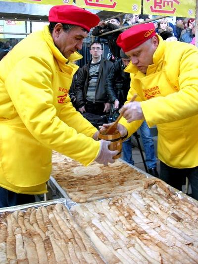 Наполнение блинов медом. Фото:  Алла Лавриненко/Великая Эпоха/The Epoch Times