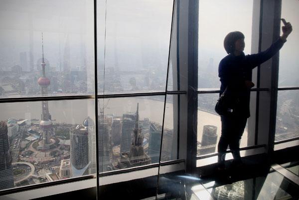 Expo 2010.  Мойщица окон в Финансовом центре. Фото: Feng Li/Getty Images