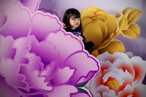 Expo 2010. Девочка играет на верхнем этаже Финансового центра в Шанхае. Фото: Feng Li/Getty Images