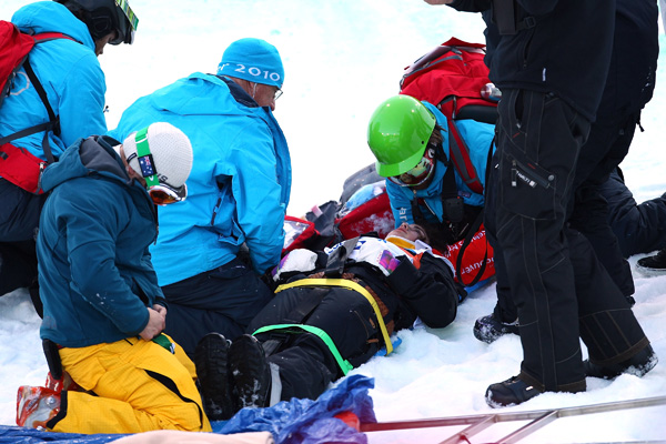 Олимпиада в Ванкувере. Сноубординг.Испанскую сноубордистку Керальт Кастельет готовят к транспортировке в больницу. Фото:Alex Livesey/Getty Images Sport