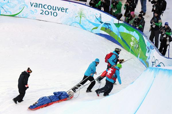 Олимпиада в Ванкувере. Сноубординг.Керальт Кастельет вывозят с халфпайпа. Фото:ADRIAN DENNIS/Getty Images Sport