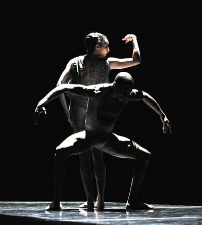 Американский театр танца Элвина Эйли. Фото:  TIMOTHY A. CLARY/AFP/Getty Images