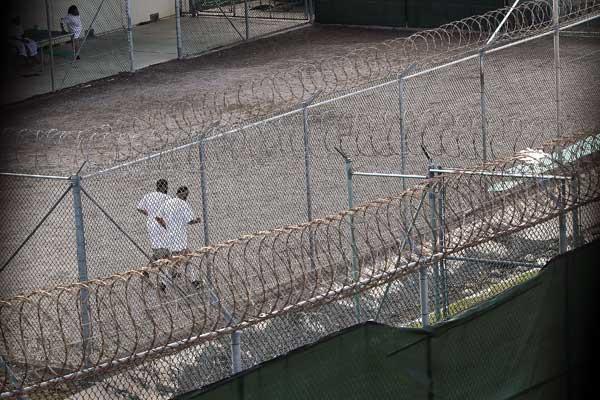 Гуантанамо (Куба). Некоторые задержанные на прогулке в секторе VI бегают трусцой. Фото:  PAUL J. RICHARDS/AFP/Getty Images