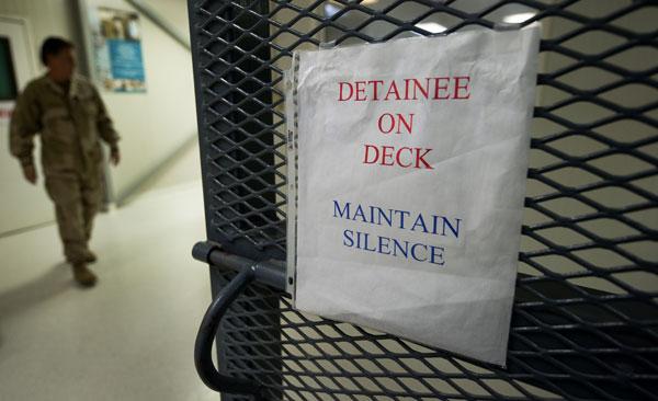 Гуантанамо (Куба). Надпись предписывает заключенным соблюдать тишину. Фото:  PAUL J. RICHARDS/AFP /Getty Images