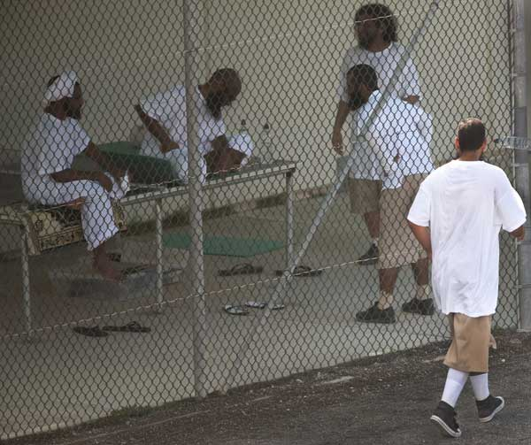 Гуантанамо (Куба). Некоторые задержанные в секторе VI «расслабляются» во время прогулки. Фото:  PAUL J. RICHARDS/AFP /Getty Images