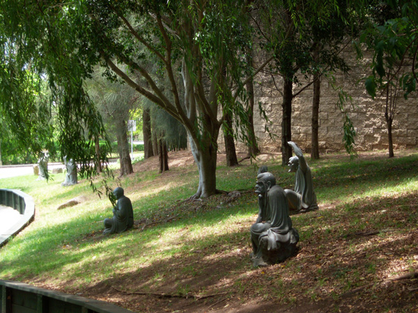 Австралия.  Статуи будд у буддийского храма. Фото: Евгений Добрыги
